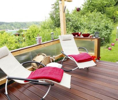Holzterrasse mit Stuhl