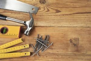 Holzterrasse mit Werkzeug