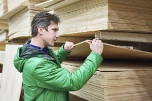 Mann mit Holzbrettern